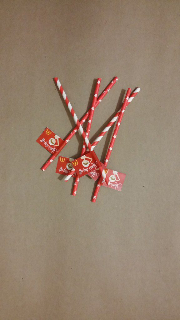 Paper-straws-with-custom-message-flags-for-event-branding